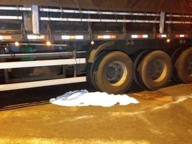 Corpo da criança foi coberto por um lençol. (Foto: Márcio Rogério/Nova News)