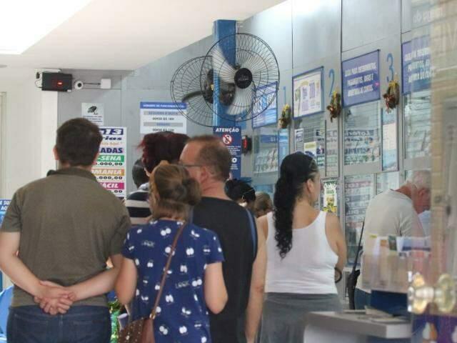 Apostadores aguardam para efetuar jogo em casa lotérica da Capital (Foto: Marcos Maluf/Arquivo)