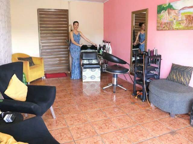 Isis Milene Vieira no lavatório aguardando alguma cliente entrar no salão (Foto: Kísie Ainoã)