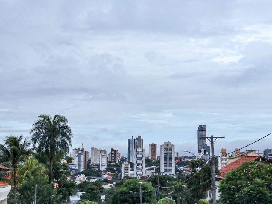 Segunda-feira nublada em Campo Grande; vista do Bairro Intanhangá (Foto: Henrique Kawaminami)