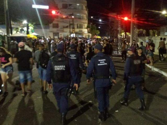 Guardas no ponto em que o militar foi preso nesta noite. (Foto: Divulgação/Guarda)