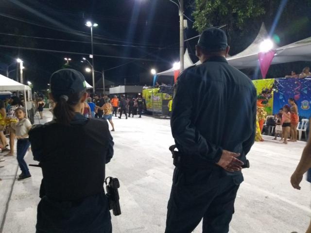 Policiais que fiscalizavam o evento, durante a noite de ontem. (Foto: Divulgação)