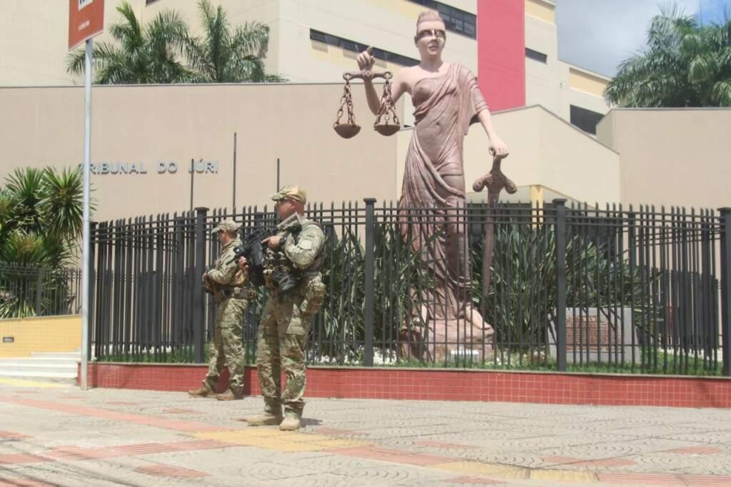 Policiais na frente do momumento da Justiça no Fòrum de Campo Grande, que tem audiência sobre caso da Operação Omertà hoje. (Fotos: Marcos Maluf)