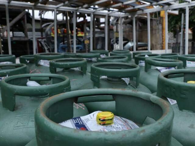 Gás de cozinha pode ser encontrado por até R$ 95 em MS (Foto: Henrique Kawaminami/Arquivo)
