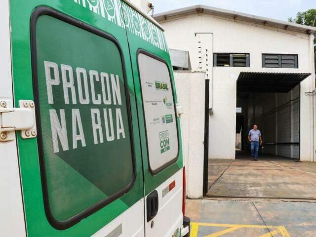Procon notificou empresa estampadora de placa Mercosul em Campo Grande. (Foto: Henrique Kawaminami)