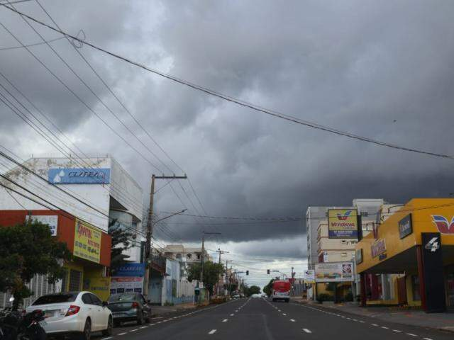 Céu nublado nesta tarde na Rua 13 de Maio, em Campo Grande (Foto: Marcos Maluf)