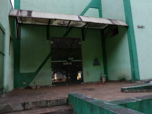 Prédio acumula sujeira e é alvo de reclamação por moradores e comerciantes do entorno (Foto: Paulo Francis/Arquivo)