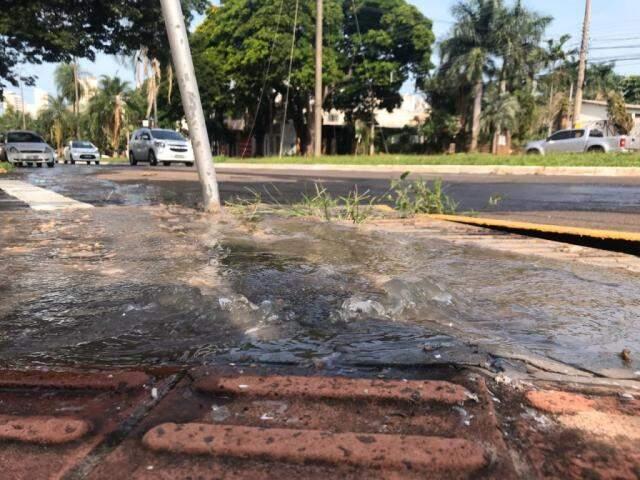 Vazamento atrapalha passagem de quem precisar usar calçada com piso tátil. (Foto: Danielle Errobidarte)