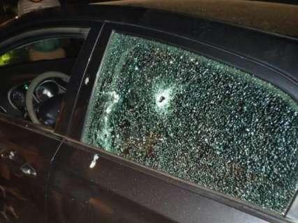 Policial tem carro crivado de balas e fica em estado grave na fronteira