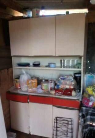 Armário da pequena cozinha.
