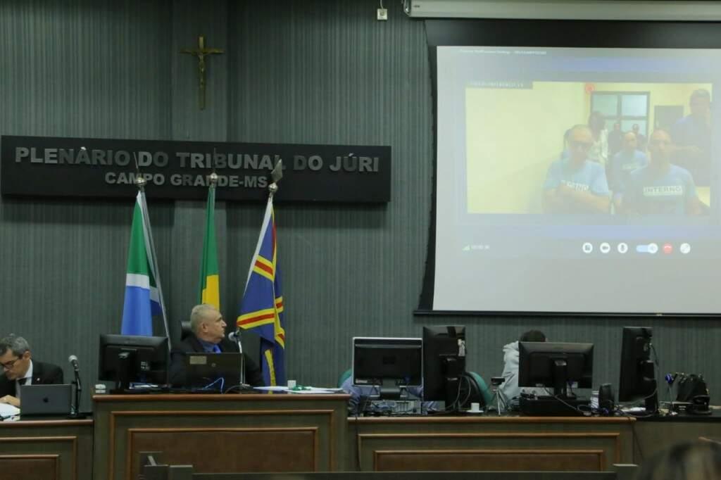 Jamil Name, à direita, ao lado do ex-guarda Marcelo Rios, que acompanham audiência por videoconferência no presídio de Mossoró. (Foto: Kísie Ainoã)