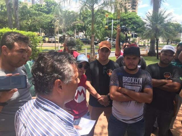 Integrantes da comissão informando aos motoristas o resultado da reunião (Foto: Fernanda Palheta)