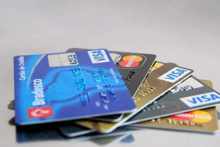 Valores em dólares cobrados no cartão terão mudanças em março. (Arquivo)