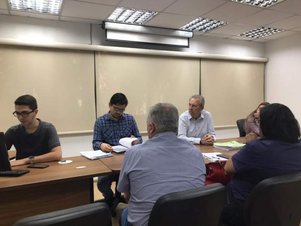 Entrega das propostas na Central de Licitações da Prefeitura de Campo Grande (Foto: Fernanda Palheta)