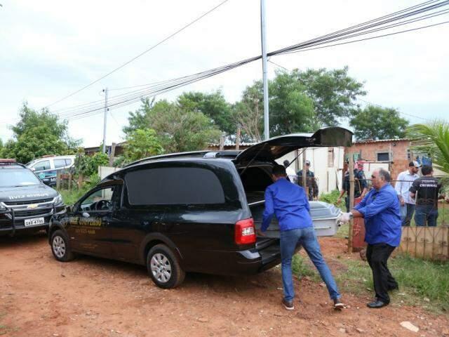 Funerária recolhe corpo de jovem assassinado em janeiro deste ano no Bairro Nova Capital (Foto: Paulo Francis/Arquivo)