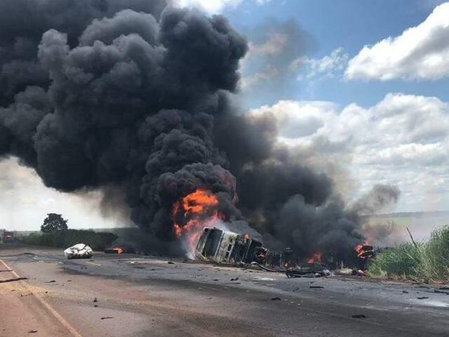 Veículo pegou fogo após a colisão. (Foto: Rones Cezar/Alvorada informa)