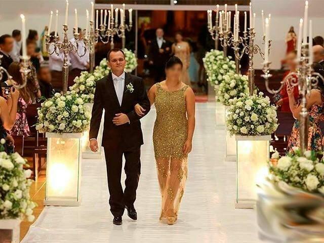 Entrada de Molina e a esposa no casamento da filha. (Foto: Facebook)