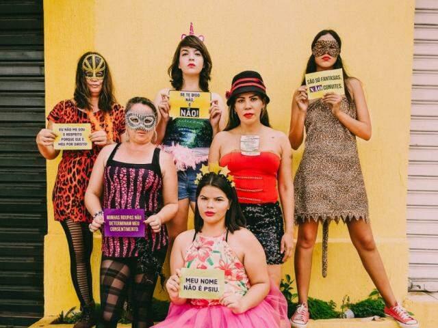 Mulheres do Coletivo de Brechós posaram com recados nas mãos. (Foto: Divulgação)
