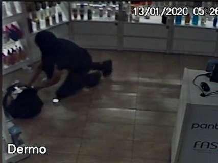 Ladrão precisou de 1 minuto para abarrotar mochila com cosméticos