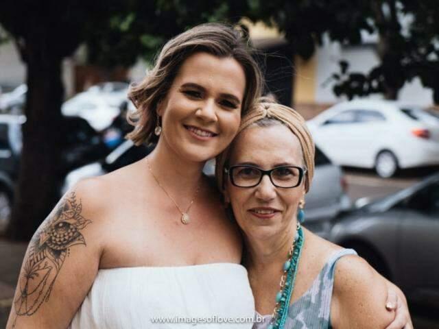 Dani e a mãe, Andreia, no casamento civil em 2019. (Foto: Images of love)