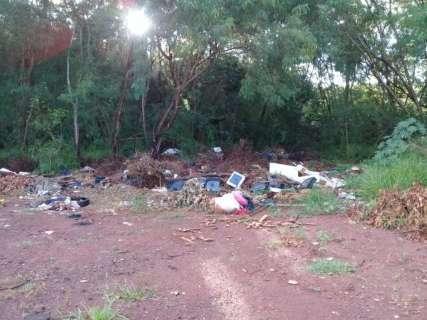 Com pneu, colchão e até TV, margem de córrego vira depósito de lixo