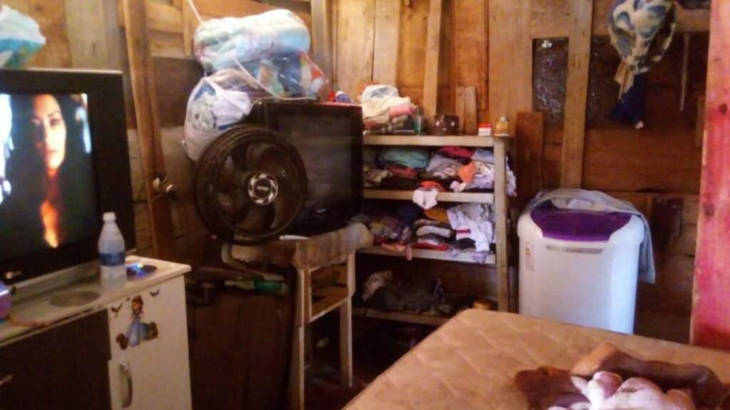 Quarto e sala do barraco. Tudo é adaptado.
