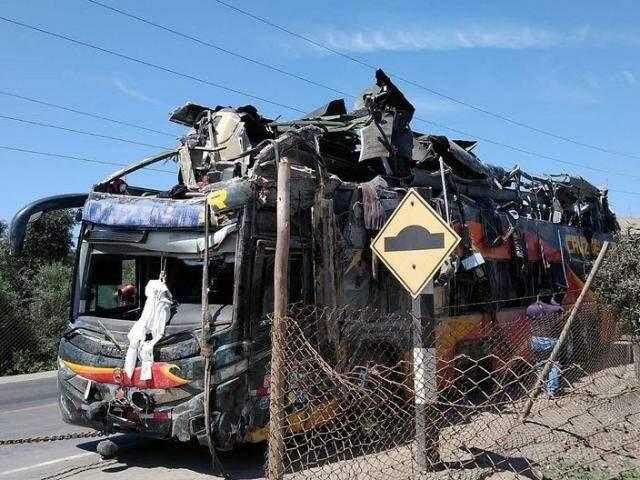 Ônibus ficou destruído após capotar e se chocar com minivans à beira da estrada (Foto: Divulgação)