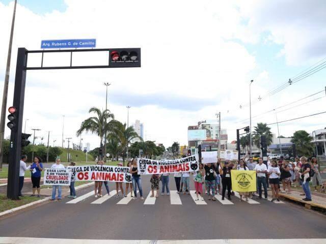 Quando o sinal fechava, manifestantes levantavam faixas e cartazes. (Foto: Paulo Francis)