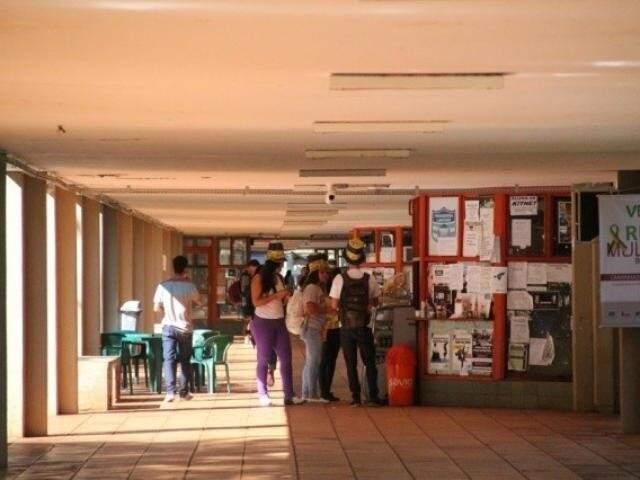 Alunos no corredor central do campus da UFMS em Campo Grande. (Foto: Arquivo)