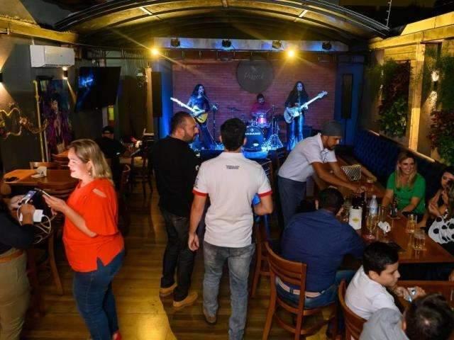 Bar novo tem rock a semana inteira e serve corte dos Flintstones na parrilla
