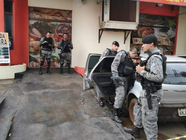 Policiais militares em frente à lanchonete onde homem foi morto a tiros nesta tarde em Dourados (Foto: Adilson Domingos)
