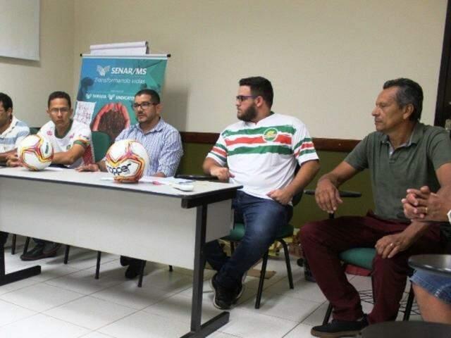 Diretoria do Cena (Clube Esportivo Nova Andradina), durante o anúncio, nesta noite (20). (Foto: Nova Notícias)