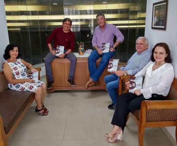 Os escritores Elizabeth Fonseca, Rubenio Marcelo, Henrique Medeiros, Guimarães Rocha e Ileides Muller. (Foto: Raquel de Souza)