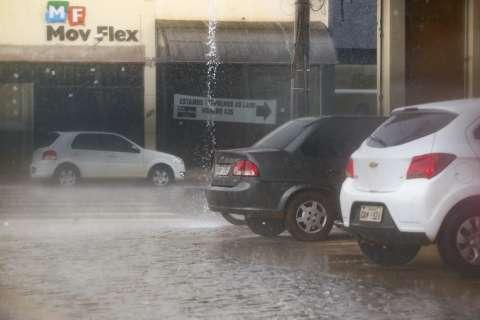 Em dia de altas temperaturas, chuva chega com força em Campo Grande