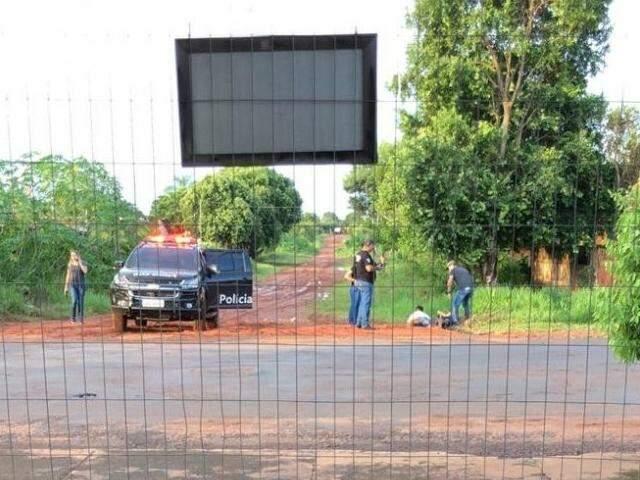 Momento em que um dos suspeitos foi imobilizados pelos policiais. (Foto: JNE)