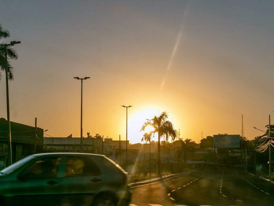 Sol nasce forte na Avenida Fernando Corrêa da Costa (Foto: Henrique Kawaminami)