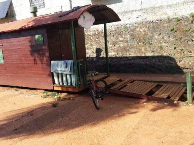Rampa de madeira que dá acesso a vagão teve tábuas quebradas. (Foto: Divulgação/PM)