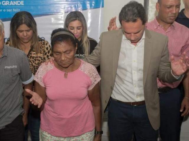 Momento de oração durante evento público em que o prefeito Marquinhos Trad participou nesta quinta-feira. (Foto: Divulgação)