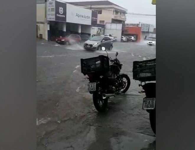 Na Avenida Calógeras, a água chegou até a porta de um estabelecimento comercial (Foto: Reprodução)