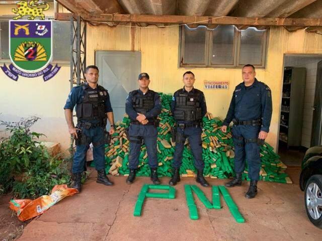 Policias responsáveis pela a apreensão da droga. (Foto: Divulgação/PM)