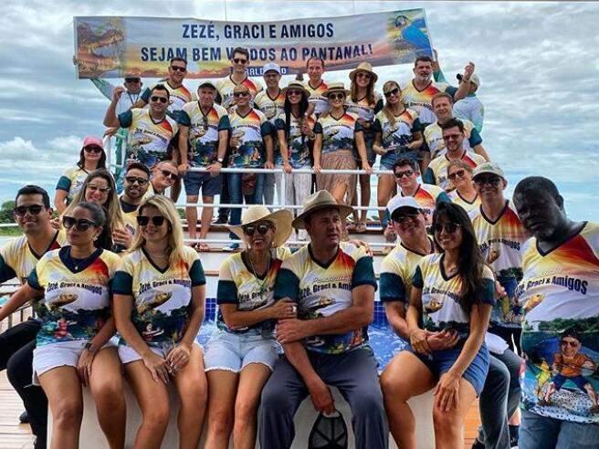Pescaria reuniu amigos, com faixa e camisetas personalizadas. (Foto: Reprodução Instagram)