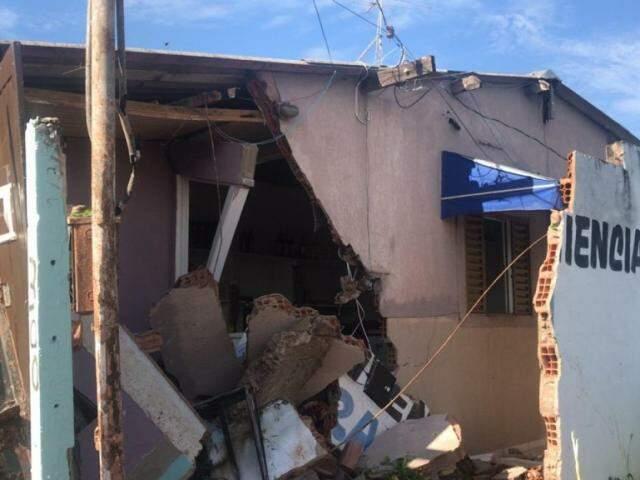 Muro e parede da casa ficaram destruídos após acidente. (Foto: Direto das Ruas)