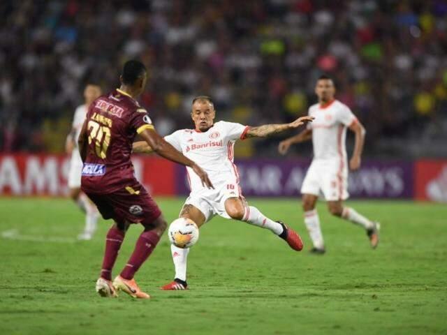 Disputa de bola durante o jogo desta noite. (Foto: Internacional/FC)