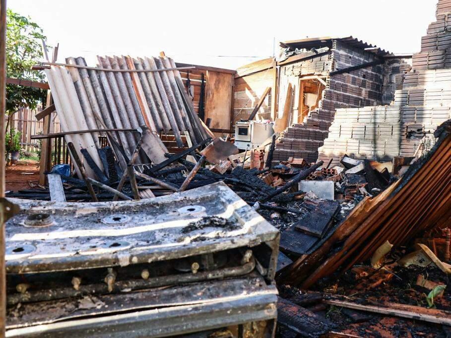 Casa, construída parcialmente de madeira, foi totalmente destruída pelo fogo (Foto: Henrique Kawaminami)