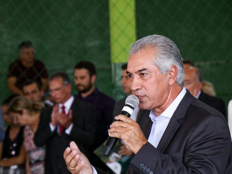 Governador discursando durante evento público na manhã desta sexta-feira, em escola no Nova Lima (Foto: Henrique Kawaminami)
