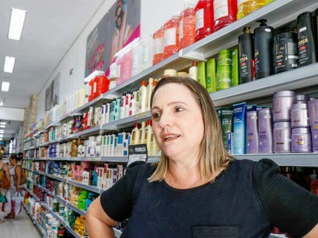 Gerente de uma loja de cosméticos na Rua 14 de julho, Sirlei Mariole (Foto: Henrique Kawaminami)