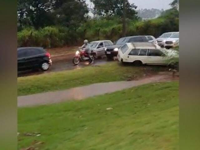 Carro atolado na Consul Assaf Trad. (Foto: Direto das Ruas)