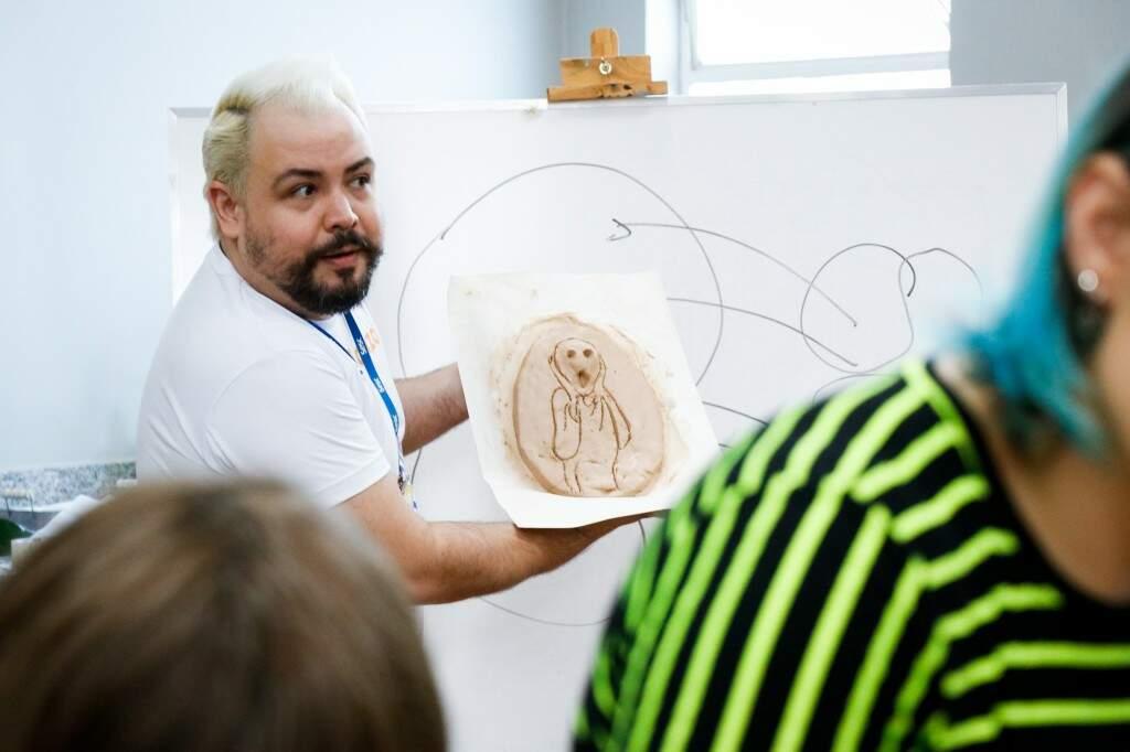 O professor, Kaio Ratier mostrando uma modelagem quase pronta da oficina. (Foto: Hennrique Kawaminami)