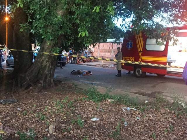 Vítima morreu no meio da Rua do Pistão. (Foto: Adriano Fernandes)