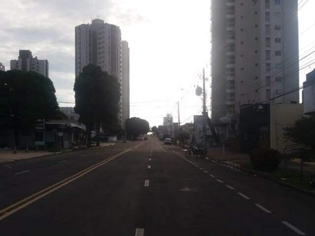 Campo Grande amanheceu com céu nublado e vento gelado neste sábado. (Foto: Viviane Oliveira)
